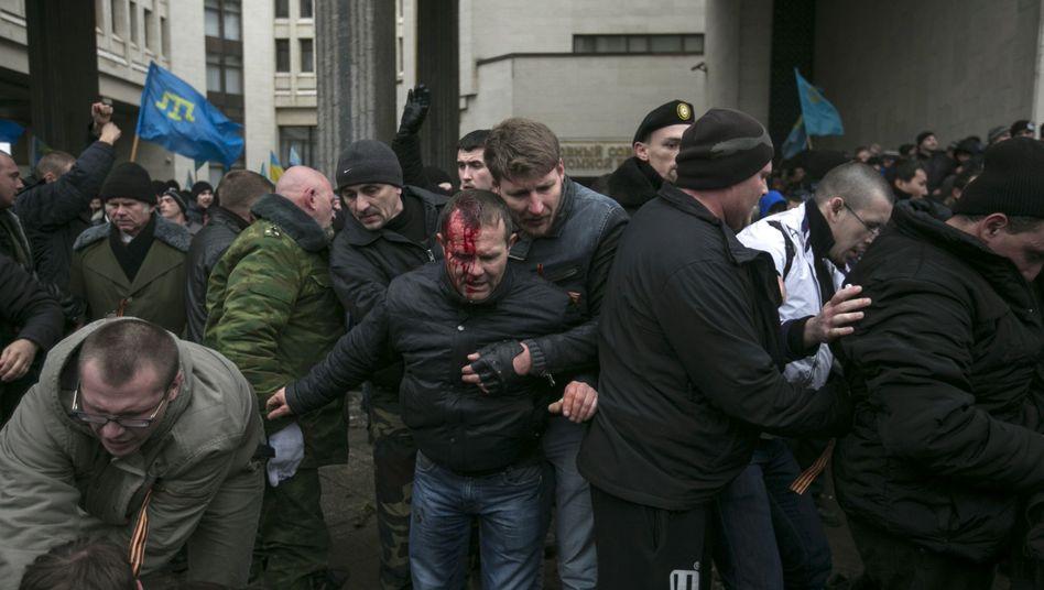 Vor dem Regionalparlament der Krim: Zusammenstöße zwischen Tataren und Russen