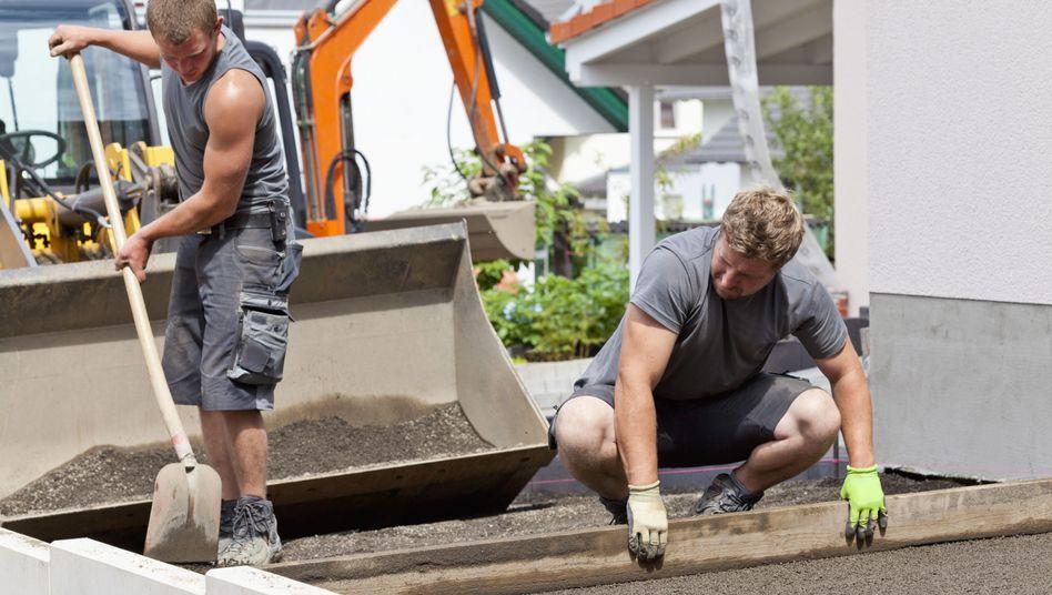 Arbeiter beim Straßenbau: DGB verweist auf körperlich anstrengende Jobs