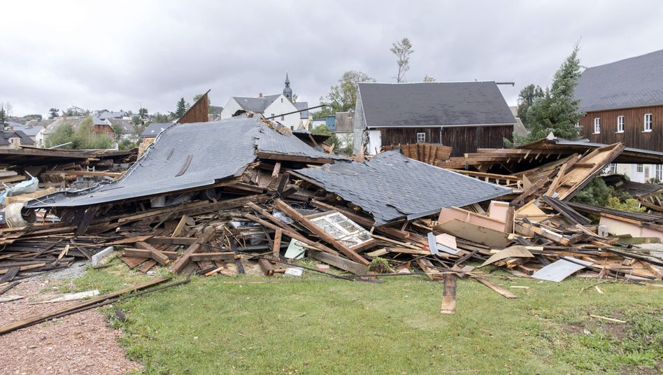 Zerstörtes Haus in Sachsen: Stürme, Hitzewellen, Dürren in Deutschland