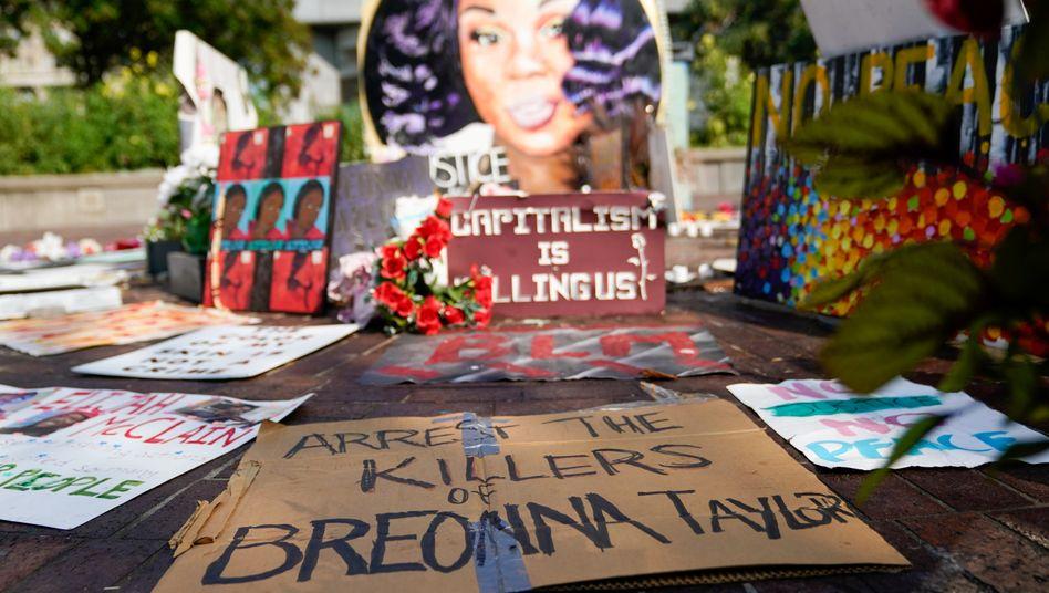Protestschilder am Gedenkort für Breonna Taylor in Louisville