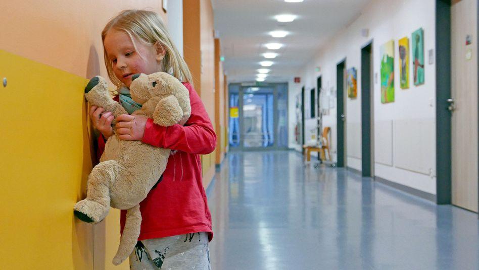 """Eine Szene aus """"Elternschule"""": Ein kleines Mädchen steht in einem Gang der Kinder- und Jugendklinik in Gelsenkirchen."""