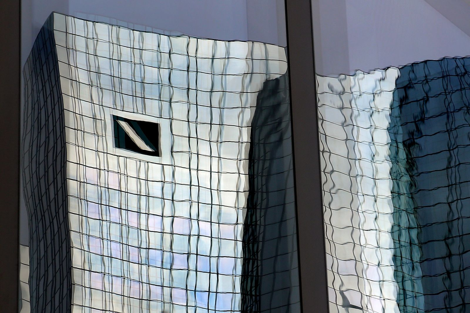 Deutsche Bank Spiegelung verzerrt