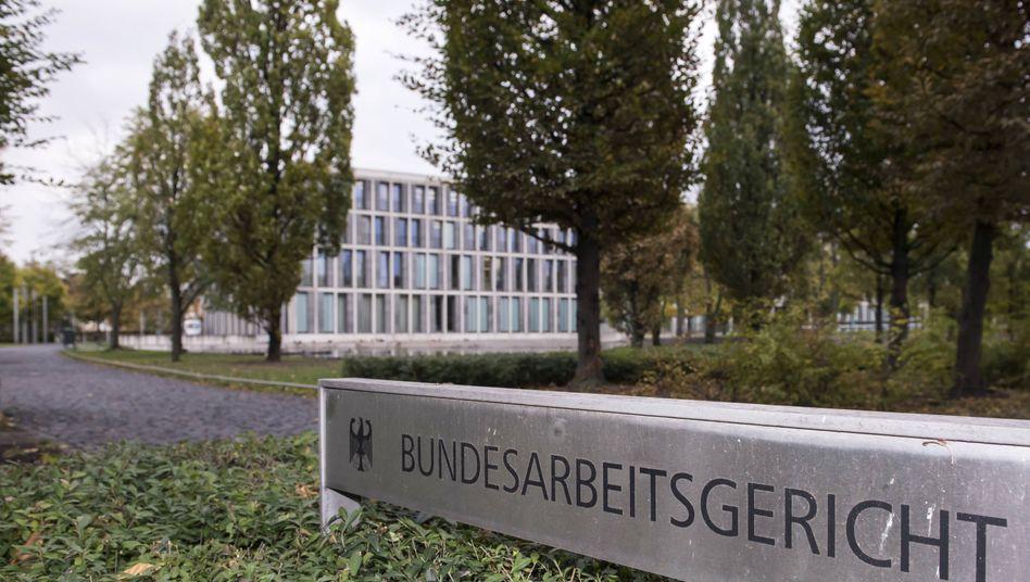 Das Bundesarbeitsgericht in Erfurt hat die Rechte von Frauen gestärkt: Verdient eine Frau weniger als männliche Kollegen vergleichbarer Position, gilt dies als Indiz für eine Diskriminierung