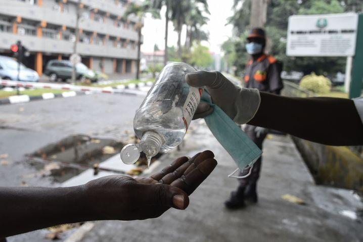 Desinfektionsmittel wurden in Nigeria nach Ausbruch der Pandemie teuer und knapp. Viele Menschen glauben aber auch nicht, dass das Coronavirus existiert, und halten sich nicht an die empfohlenen Präventionsmaßnahmen