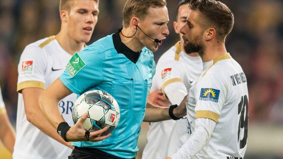 Schiedsrichter Martin Petersen wehrt sich gegen die Kritik der Wehen-Spieler