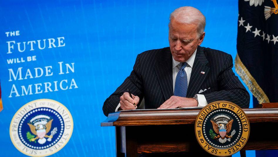 Joe Biden unterschreibt das »Buy American«-Dekret