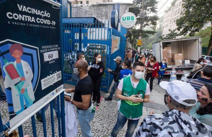 Schlange vor einem Impfzentrum in Brasilien