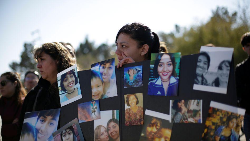 Trauernde Frauen mit Fotos der ermordeten Künstlerin Isabel Cabanillas