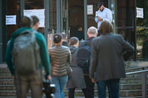 In der Hauptstadt heimisch: Schlange vor einem Berliner Wahllokal