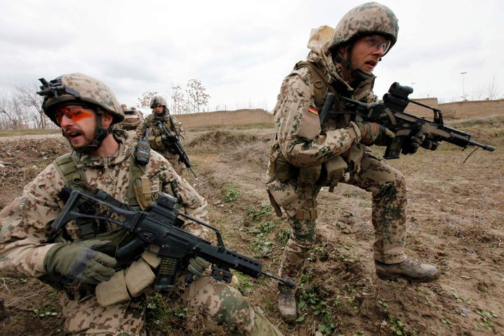 Deutsche Bundeswehrsoldaten in Kunduz: Nach dem Rückzug der Deutschen überfielen die Taliban die Stadt und errichteten Checkpoints in der Region