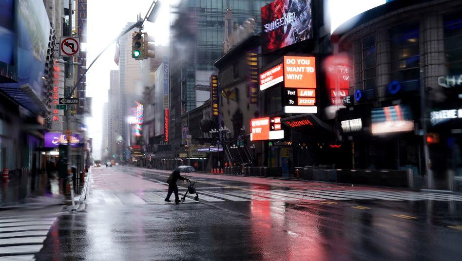 Die 42nd Street am New Yorker Times Square: Normalerweise übervoll - nun fast menschenleer