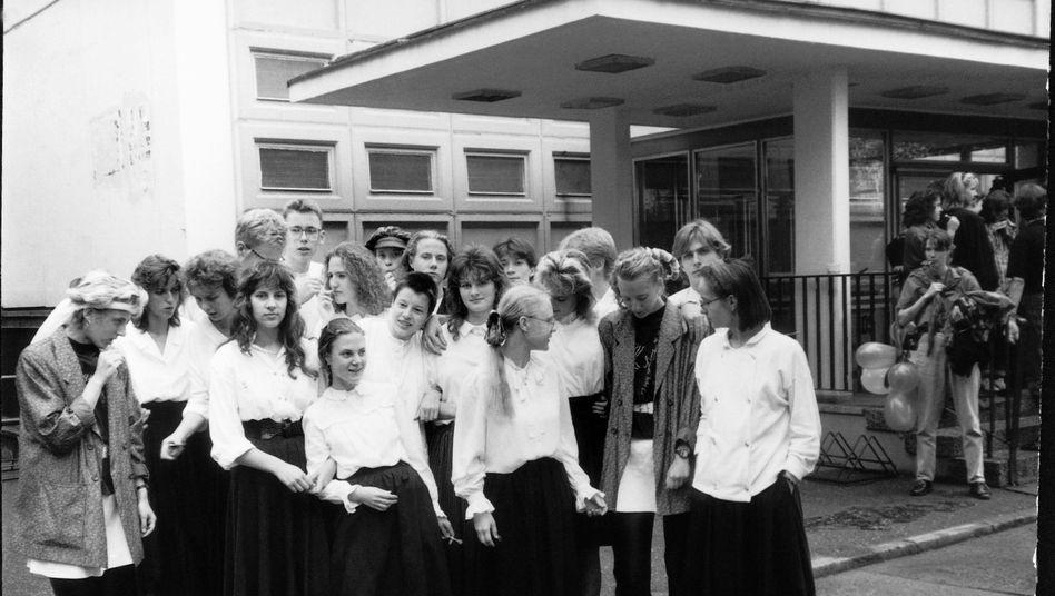 "Klassenfoto vor der Schule ""EOS Immanuel Kant"", Juni 1990"