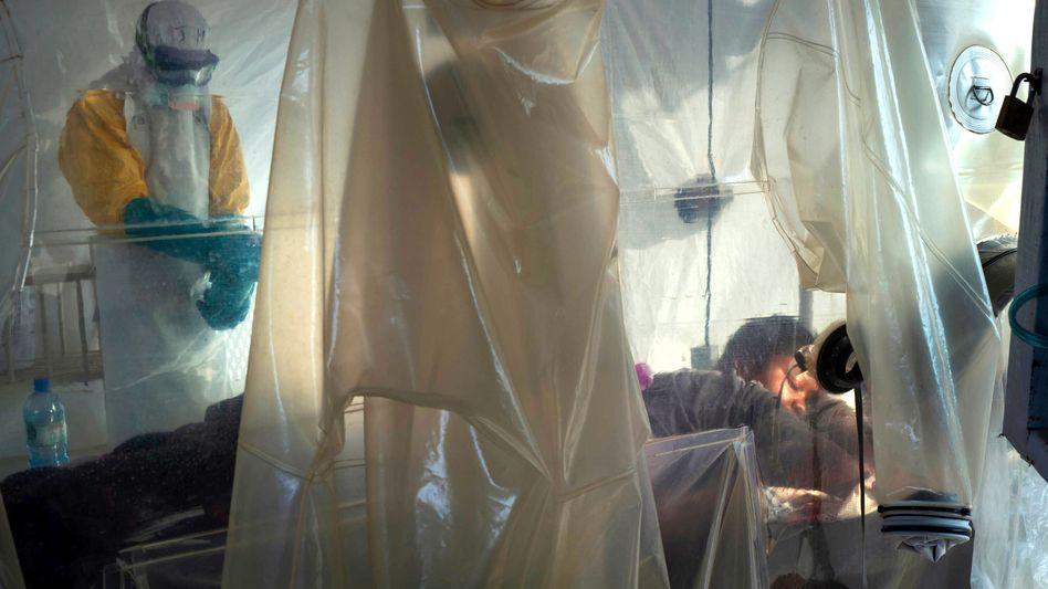 Ebola-Patientin und behandelnder Arzt: In der Demokratischen Republik Kongo sind mindestens 1790 Menschen bei der aktuellen Epidemie gestorben