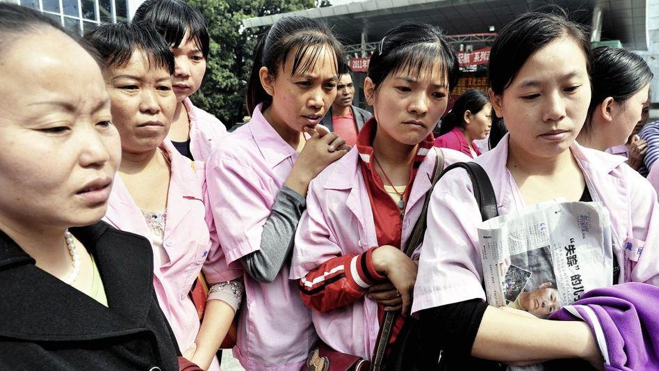 Demonstrierende Textilarbeiterinnen in Shenzhen