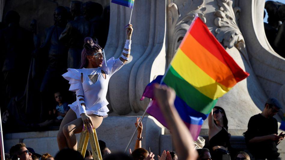 Tausende Menschen protestieren mit Regenbogenflaggen in Budapest gegen die Orbán-Regierung