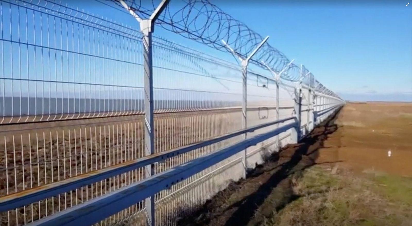 UKRAINE-CRISIS/CRIMEA-FENCE