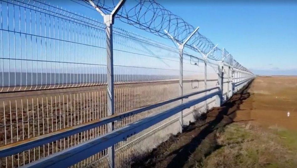 Zaun an der russisch-ukrainischen Grenze auf der Krim