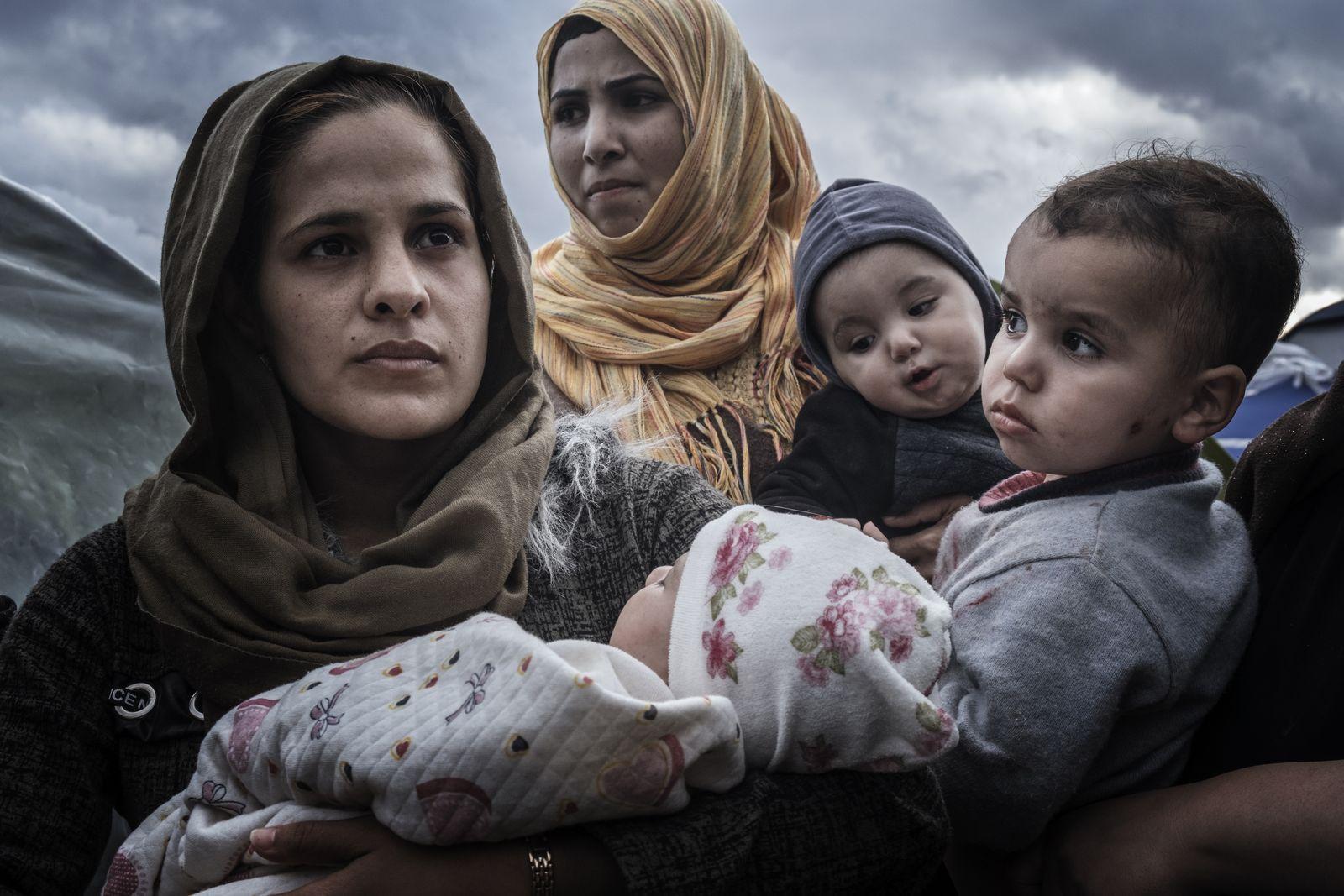 EINMALIGE VERWENDUNG SP 02/2020 S. 70 - Flüchtlinge auf der griechischen Insel Samos - Ausgeliefert - Migration