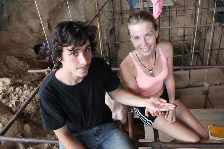 Entdecker: Valentin Loescher und Camille Jacquey in der Höhle von Arago