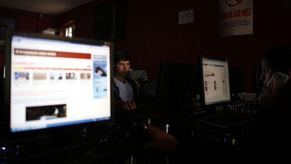 Besucher eines türkischen Internetcafés: Wenig Privatsphäre beim Surfen