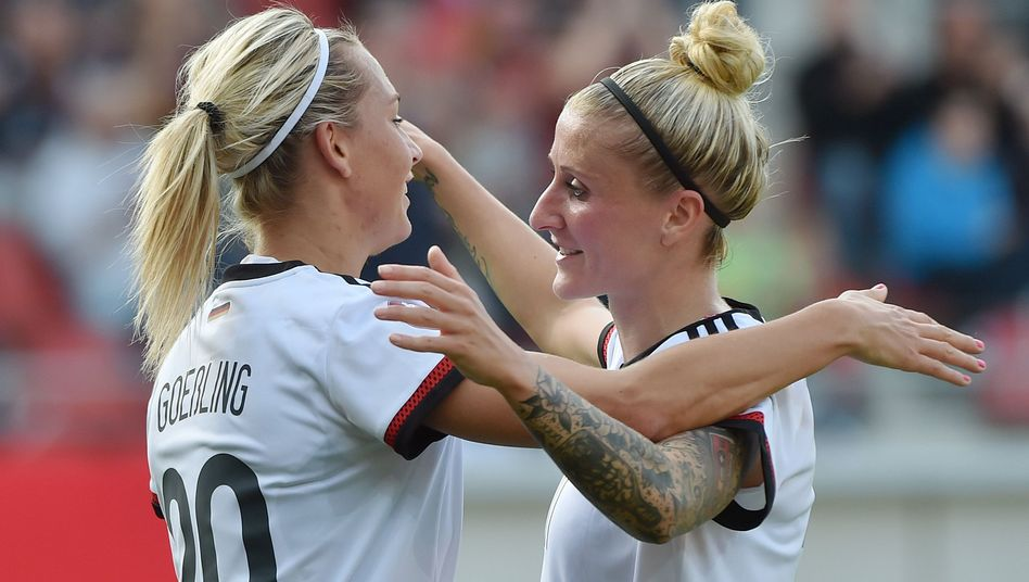 Lena Goeßling (l.), Anja Mittag: Gute Laune in Halle
