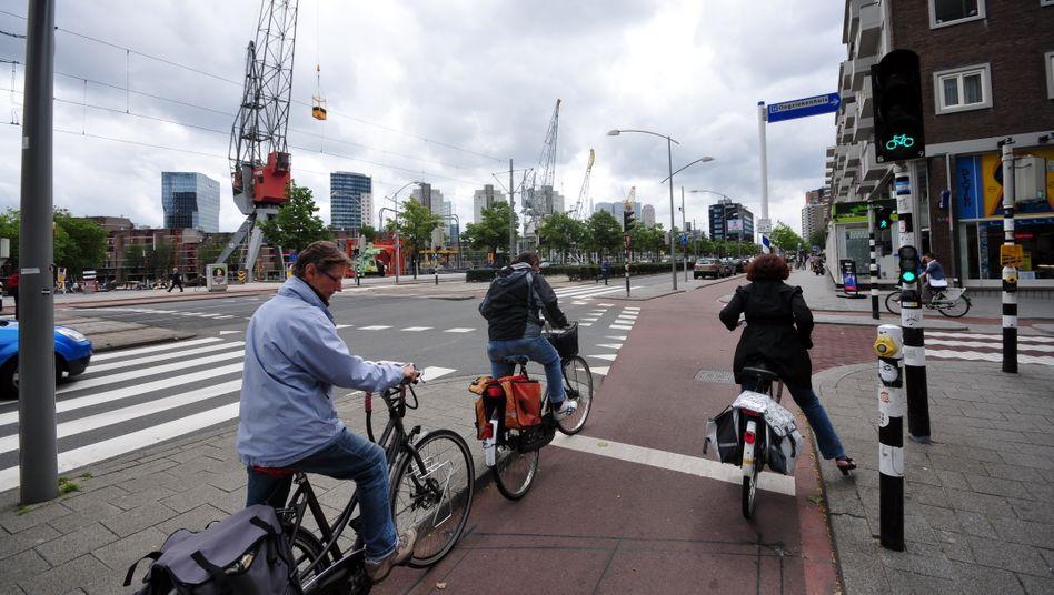 Radfahrer in Rotterdam (2013): In den Niederlanden sind Kreuzungen mit nach rechts verschwenkten Radwegen Alltag