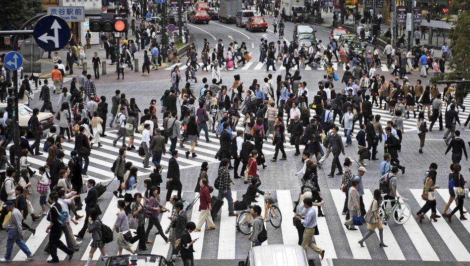 """Passanten in Tokio: """"Die Schere geht weiter auseinander"""""""