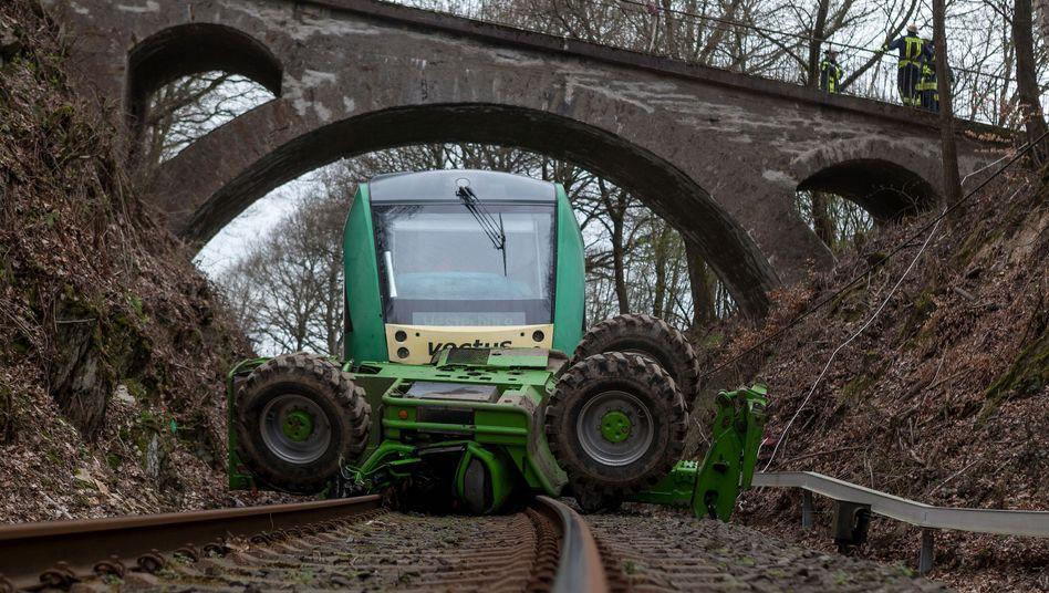 Verunglückter Traktor auf Bahnstrecke: Neunjähriger wurde eingeklemmt und starb