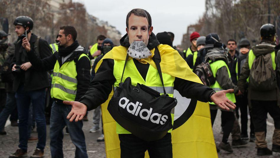 """""""Gelbwesten""""-Demonstrant mit Maske von Emmanuel Macron"""