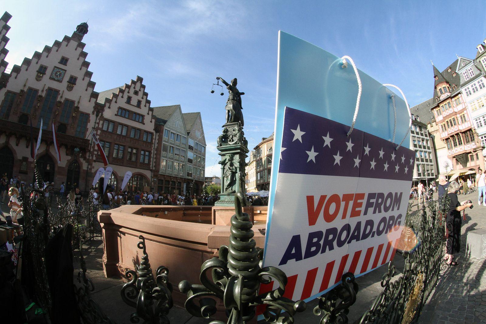 In Deutschland lebende US-Amerikaner der Organisation Democrats Abroad versuchen, andere US Expatriierte zur Briefwahlt