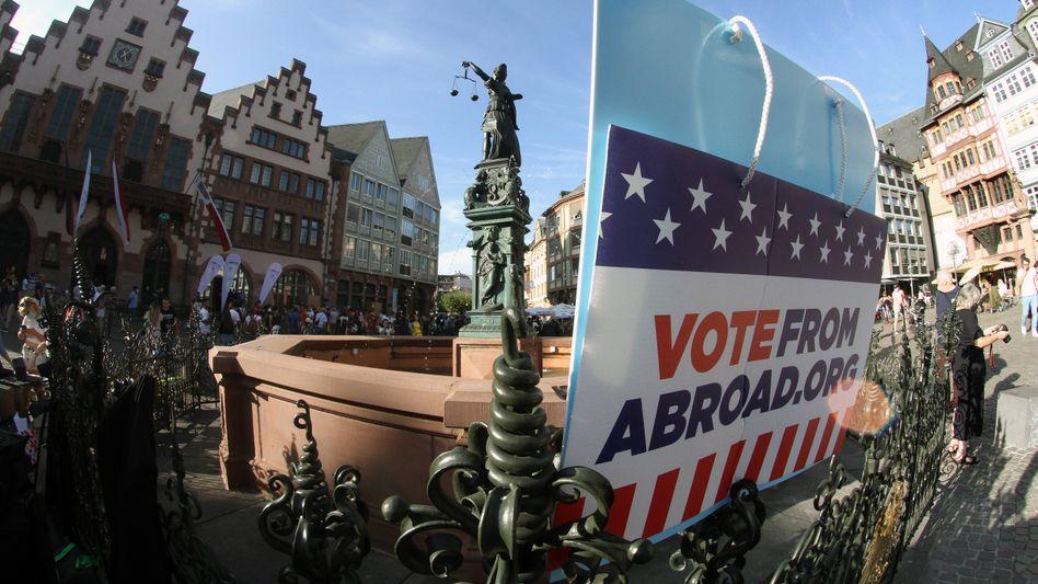 Vor dem Frankfurter Römer versuchen US-Demokraten, andere Amerikaner in Deutschland zur Wahl zu bewegen und bei Fragen zur Registrierung zu helfen