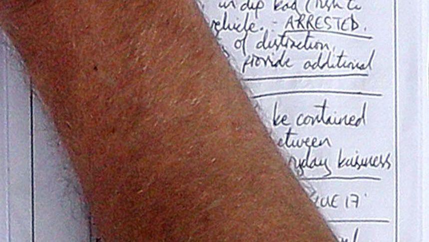 """Notizen auf dem Klemmbrett eines Londoner Polizisten: """"Aktion erforderlich"""""""