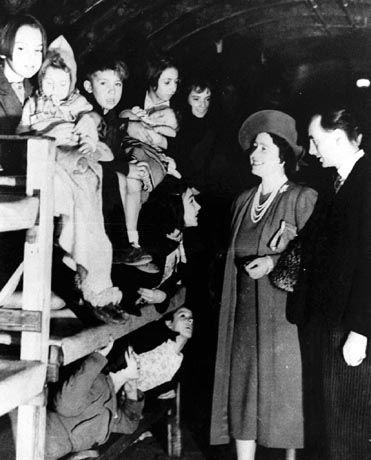 Queen Mum (1940) im Luftschutzbunker: Noch ein stets gegenwärtiges Ereignis