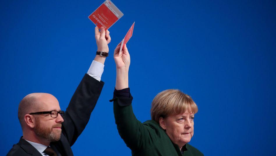 Abstimmung über CDU-Leitantrag: Tauber und Merkel sind dafür, die meisten Delegierten auch