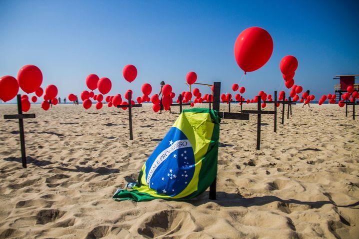 Während die brasilianische Regierung wieder mehr erlaubt, wurde Anfang der Woche noch an der Copacabana mit Luftballons und Kreuzen der Corona-Toten gedacht