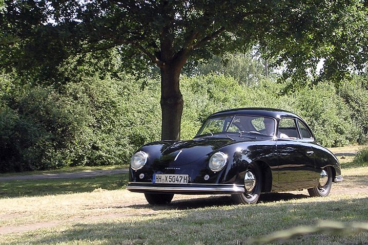 Der Porsche 356: Das abgebildete Modell gehört zur Sammlung des Hamburger Museums Prototyp. Es handelt sich um das älteste noch erhaltene Exemplar aus Stuttgart-Zuffenhausen aus dem Frühjahr 1950 mit der Fahrgestellnummer 5047 - ein Kleinod des Autobaus