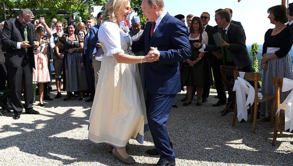 Karin Kneissl tanzt 2018 mit Kremlchef Wladimir Putin auf ihrer Hochzeit