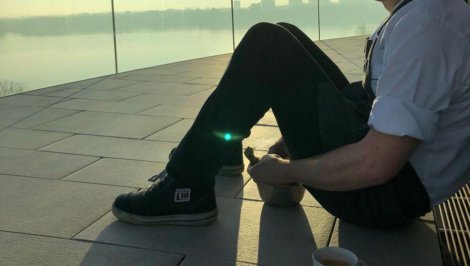 """Spitzenkoch Cornelius Speinle auf der Dachterrasse des Hamburger Hotels """"The Fontenay"""""""