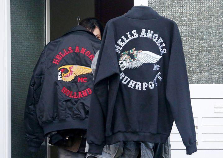 Eine sichergestellte Kutte und eine Jacke eines Hells Angels