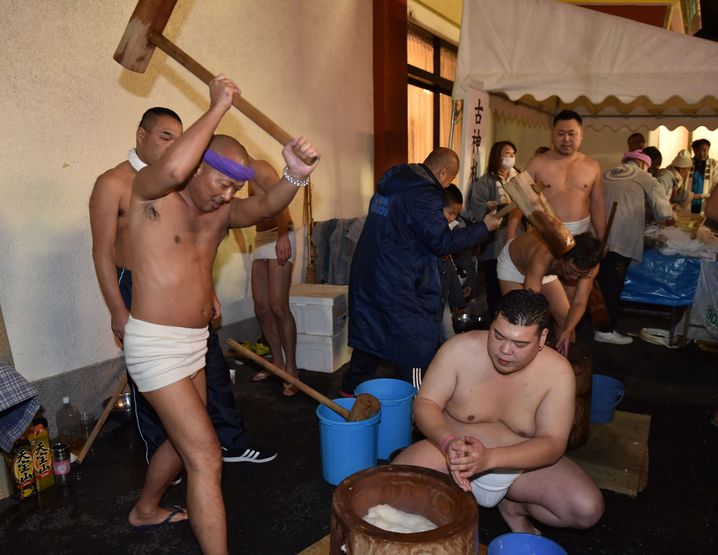 Mochi-Produktion in Tokio: mit dem Holzhammer in Form bringen