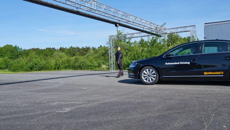 """Selbstfahrendes Auto vor einem Dummy: """"Uns steht eine Diskussion bevor"""""""