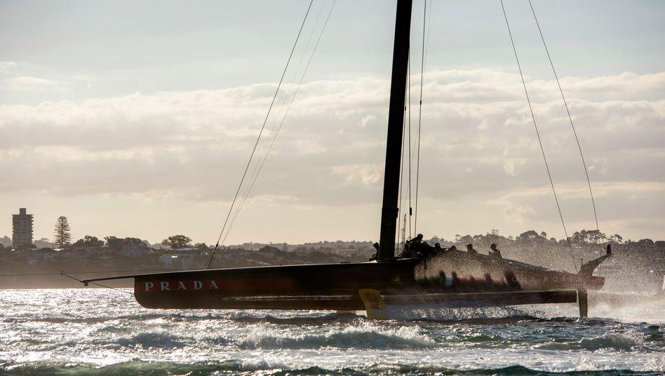 Sieht romanisch aus, ist aber ein Rennen zweier hochgerüsteter Superjachten. Hier wird das Luna-Rossa-Team nach dem sechsten Rennen in den Waitemata Harbour zurückgeschleppt