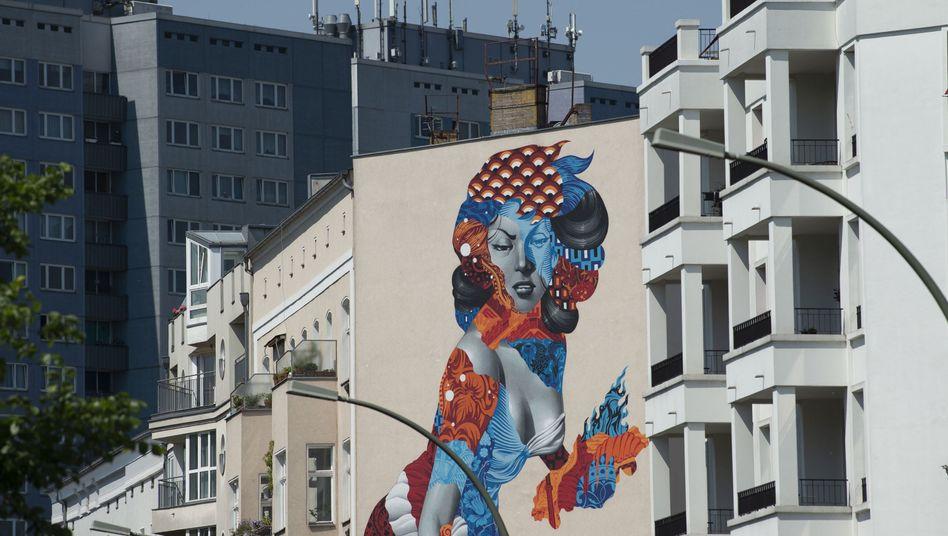 Draußen-Kunst: Wandbild an einer Hausfront am Volkspark Friedrichshain