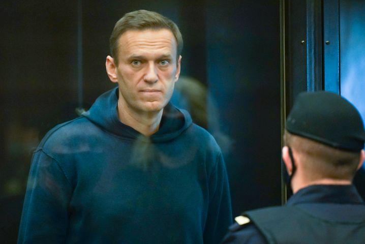 Nach dem Giftanschlag wurde Alexej Nawalny in Deutschland behandelt. Er erholte sich und kehrte nach Russland zurück. Dort verurteilte man ihn zu einer Haftstrafe, weil er in einem früheren Verfahren gegen Bewährungsauflagen verstoßen haben soll. Seitdem befindet sich Nawalny in einem Straflager. Um gegen die Haftbedingungen zu protestieren, trat er in einen Hungerstreik.