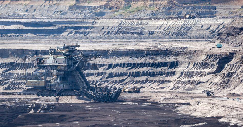 Eimerkettenbagger in einem Tagebau in Sachsen: Verbrauch natürlicher Ressourcen wieder ähnlich hoch wie vor der Pandemie