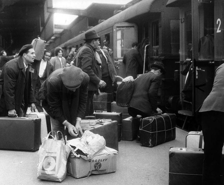 Italienische Gastarbeiter (1964 am Hauptbahnhof in Stuttgart)