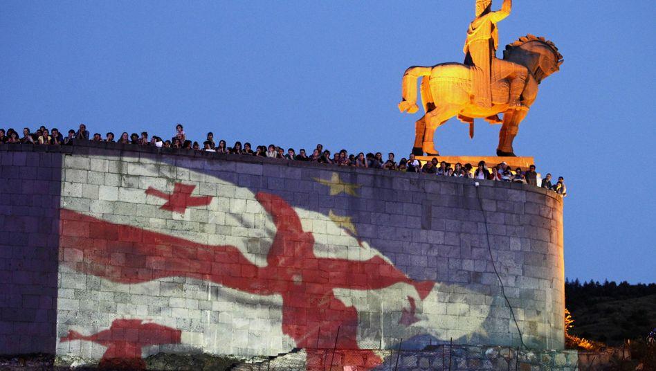 Georgische Flagge auf EU-Flagge in Tiflis (Archivbild 2014)