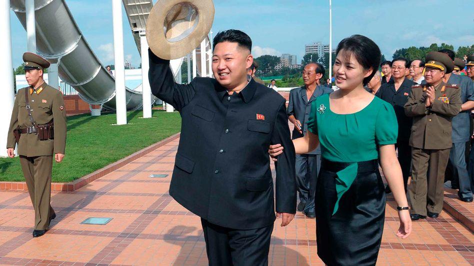 Kim mit seiner Frau im Freizeitpark: Wie reformwillig ist der neue Machthaber?