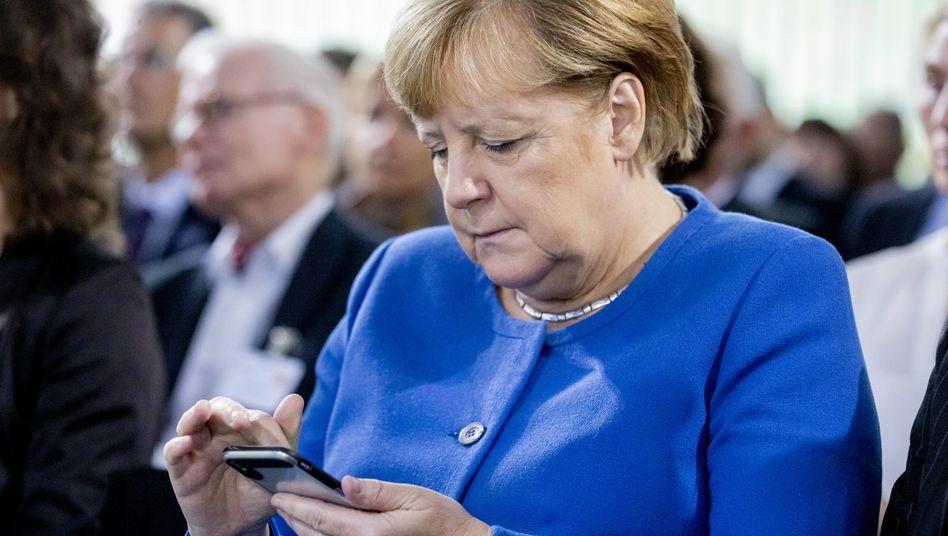 Einen Modernisierungsschub in Rekordzeit: Bundeskanzlerin Angela Merkel mit Handy (Symbolbild)
