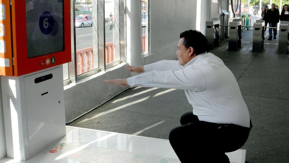 Fitnessgerät an einer Bus-Station in Mexiko-Stadt: Schon eine geringe Gewichtsreduktion hat positive Auswirkungen